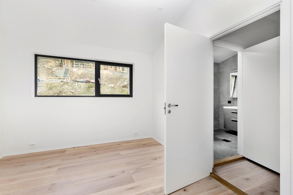 Hovedsoverom med egen inngang til bad og walk-in-closet