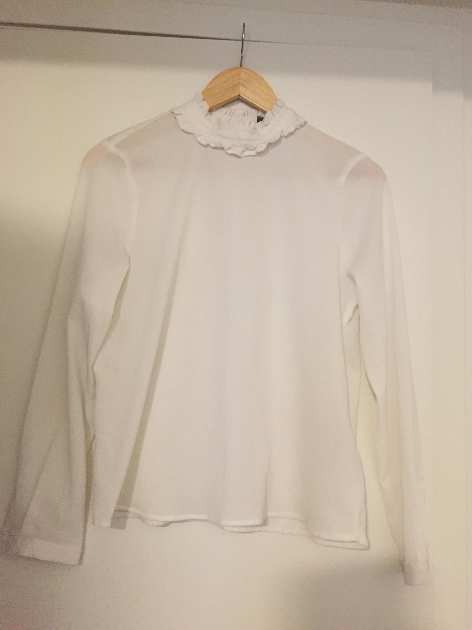 Nydelig skjorte med høy hals og knyting bak | FINN.no