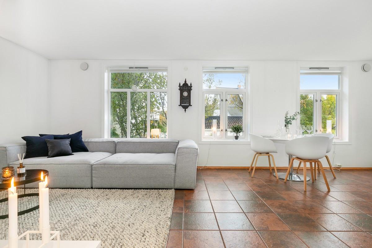 Fliser på gulv i hele leiligheten