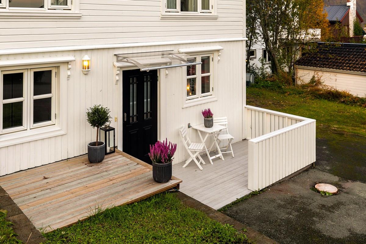 Lun terrasseplatt ved inngang