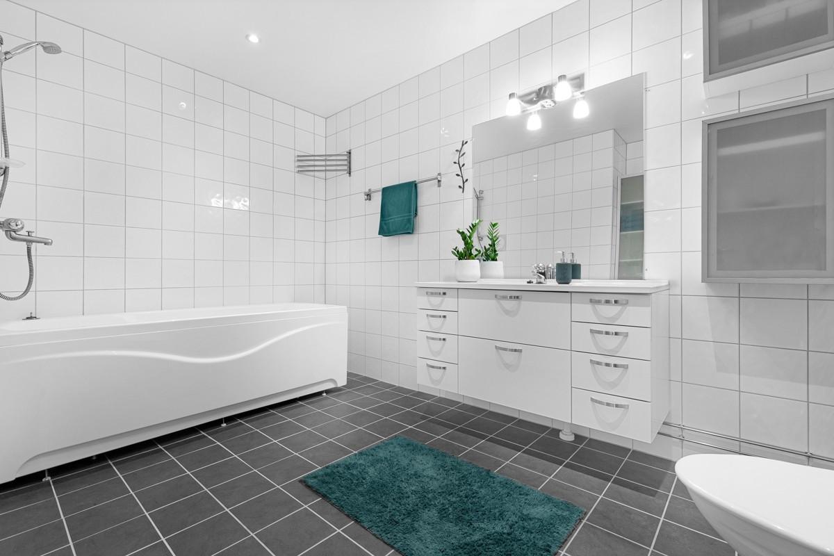 Bad er moderne innredet med vegghengt wc og badekar