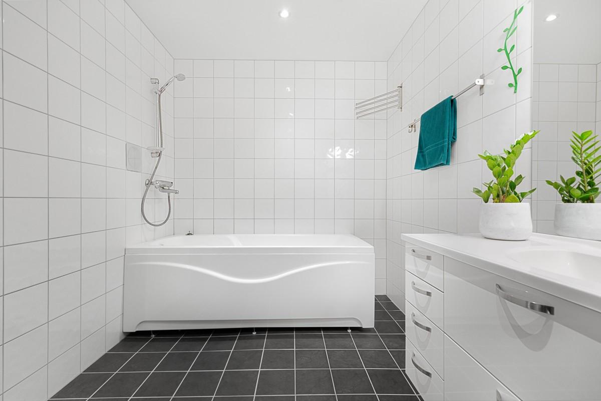 Komplett flislagt bad med gulvvarme i underetasje