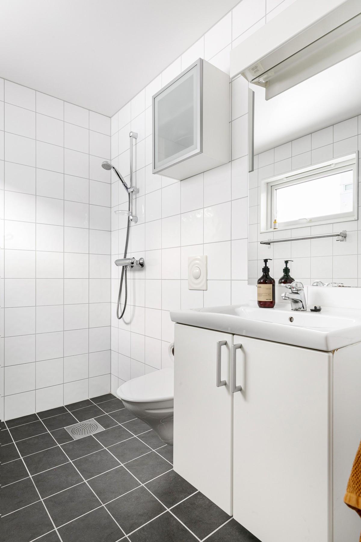 Komplett flislagt bad med gulvvarme i 1. etasje
