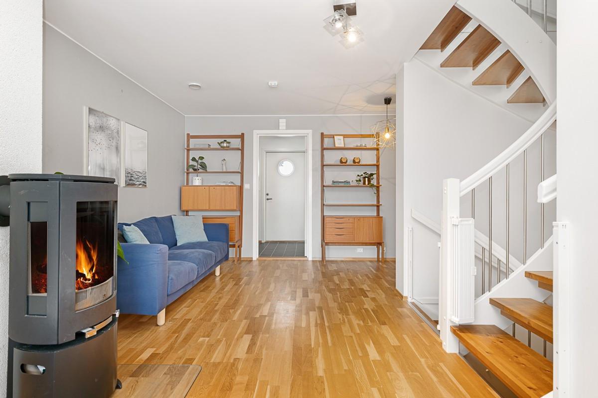 Stue i 1. etasje med god plass til møblering etter eget ønske
