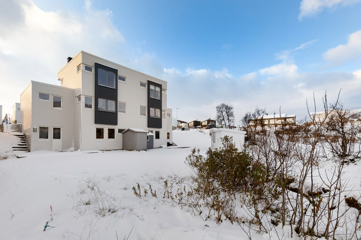 Terrasseplatt og tilgang til redskapsbod. Enkel snømåking, hvor snøen kan måkes i egen hage