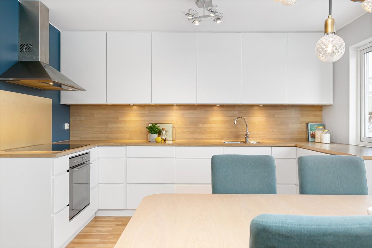 Kjøkkenet er nymontert i 2017 og er innredet med hvite glatte fronter og integrerte hvitevarer