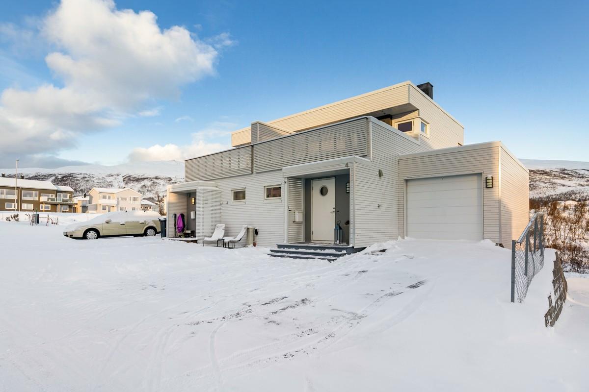 Meget fin vertikaldelt bolig med 2 stuer, 3 soverom, terrasse og umiddelbar tilgang til naturskjønne friarealer!
