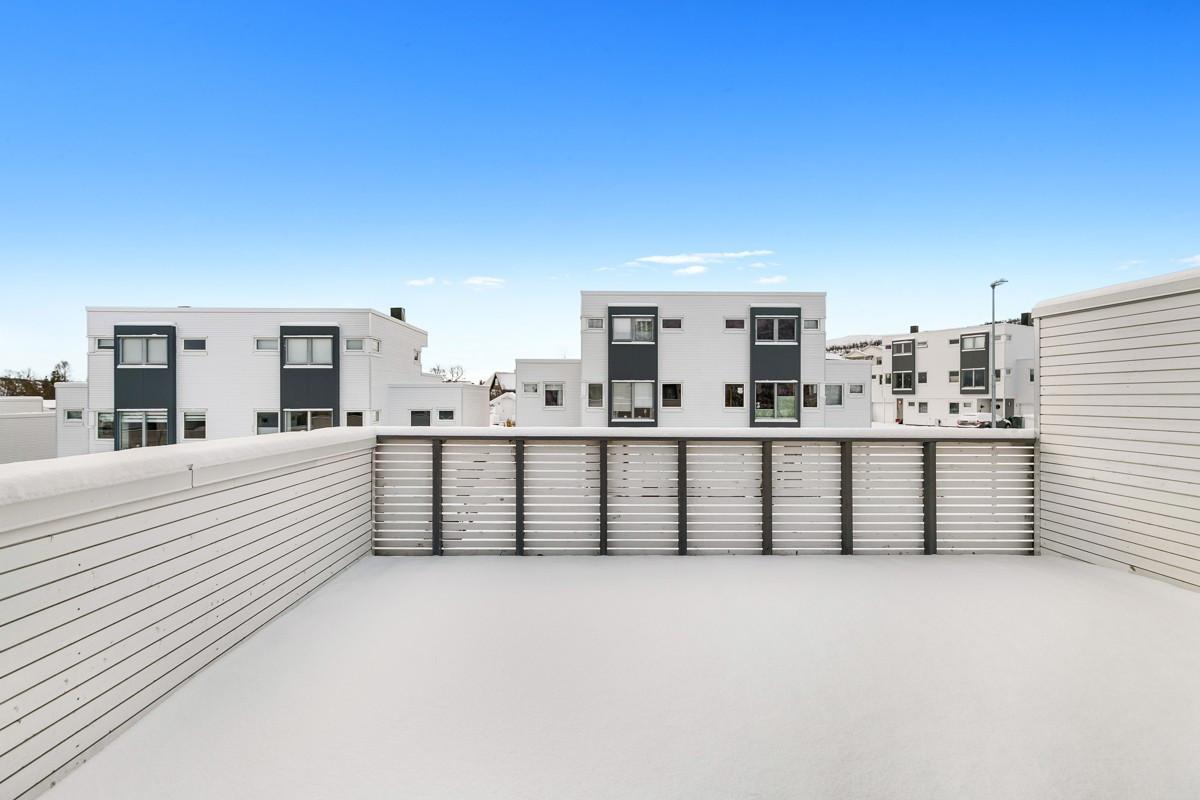 Sørvestvendt terrasse hvor man kan nyte formiddags- og ettermiddagssola