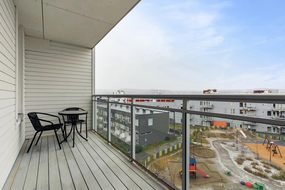 Overbygd nordvestvendt veranda med flott utsikt mot området