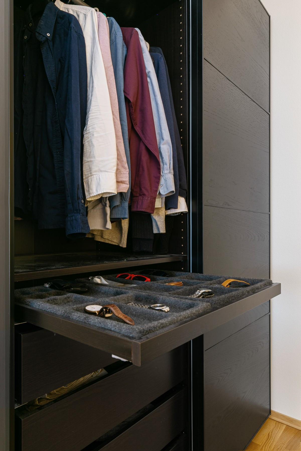 Smart garderobeløsning i stue som bidrar til god orden