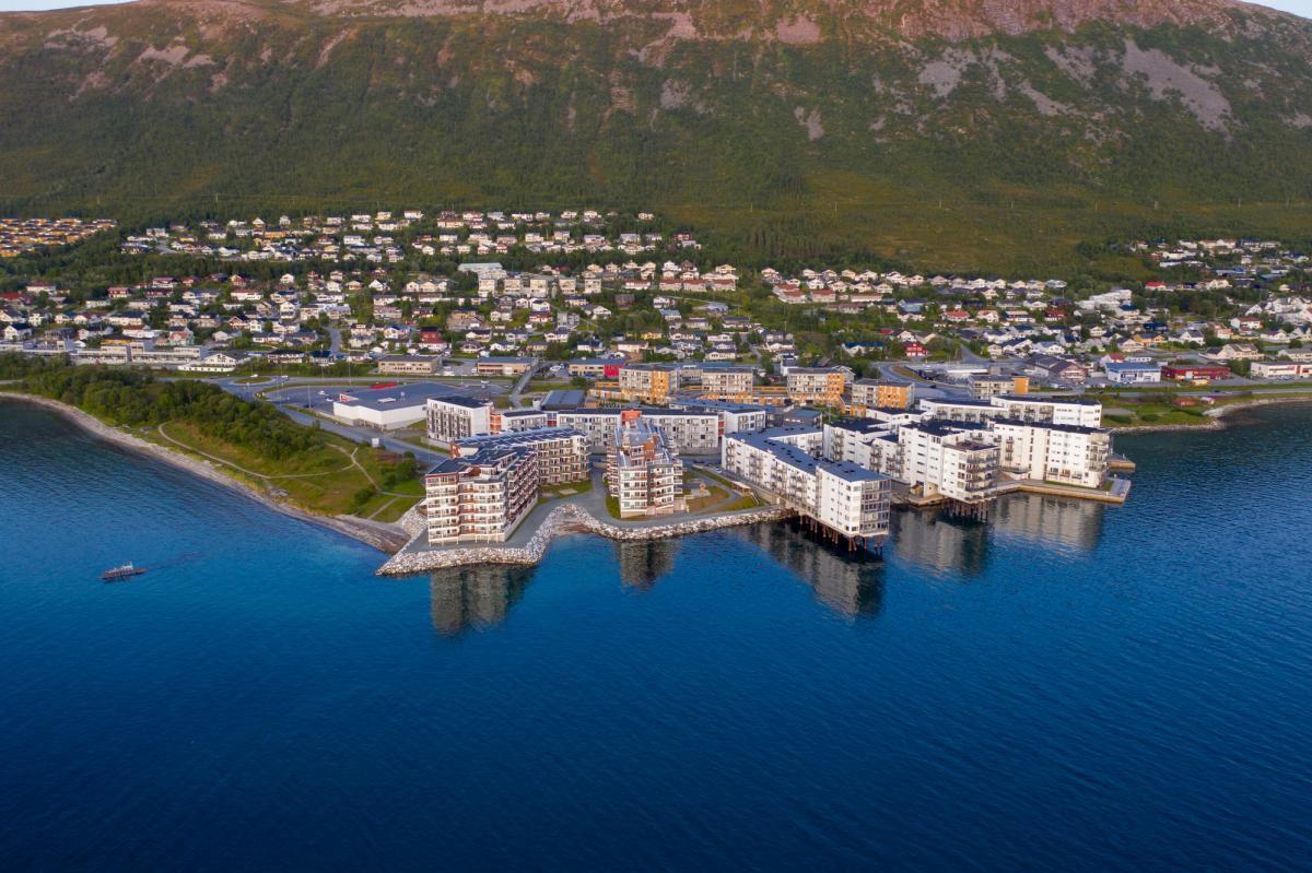 På Tomasjord finner du butikker, skole, barnehage, treningsenter, strand, buss, mv.