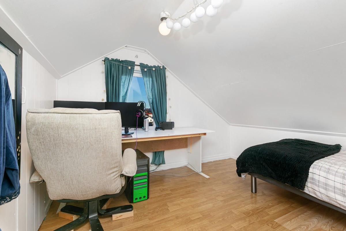 På loftet er det gang og to loftsrom som brukes til soverom - Soverom 2