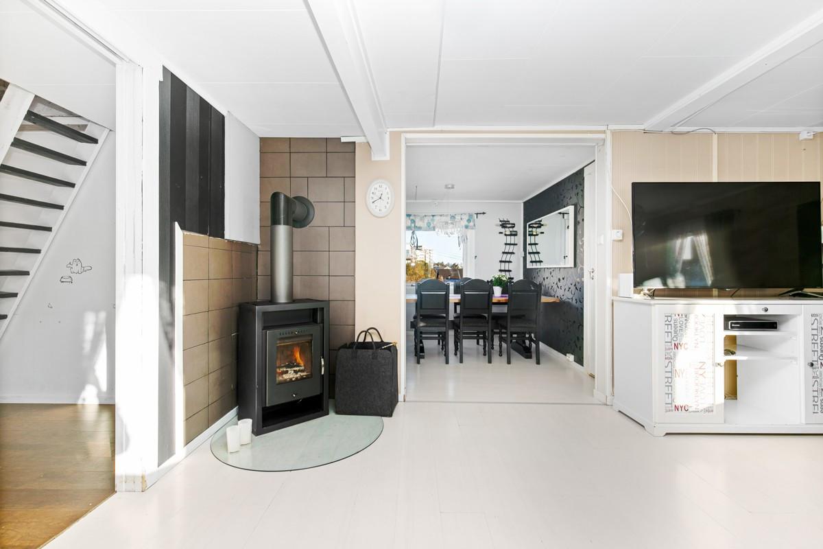 Spisestue og kjøkken ligger i tilknytning til stue
