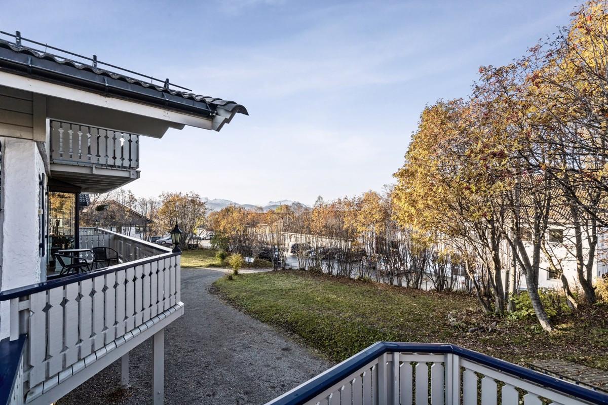 Utgang fra stue til veranda mot nordvest og stor terrasse mot nordøst
