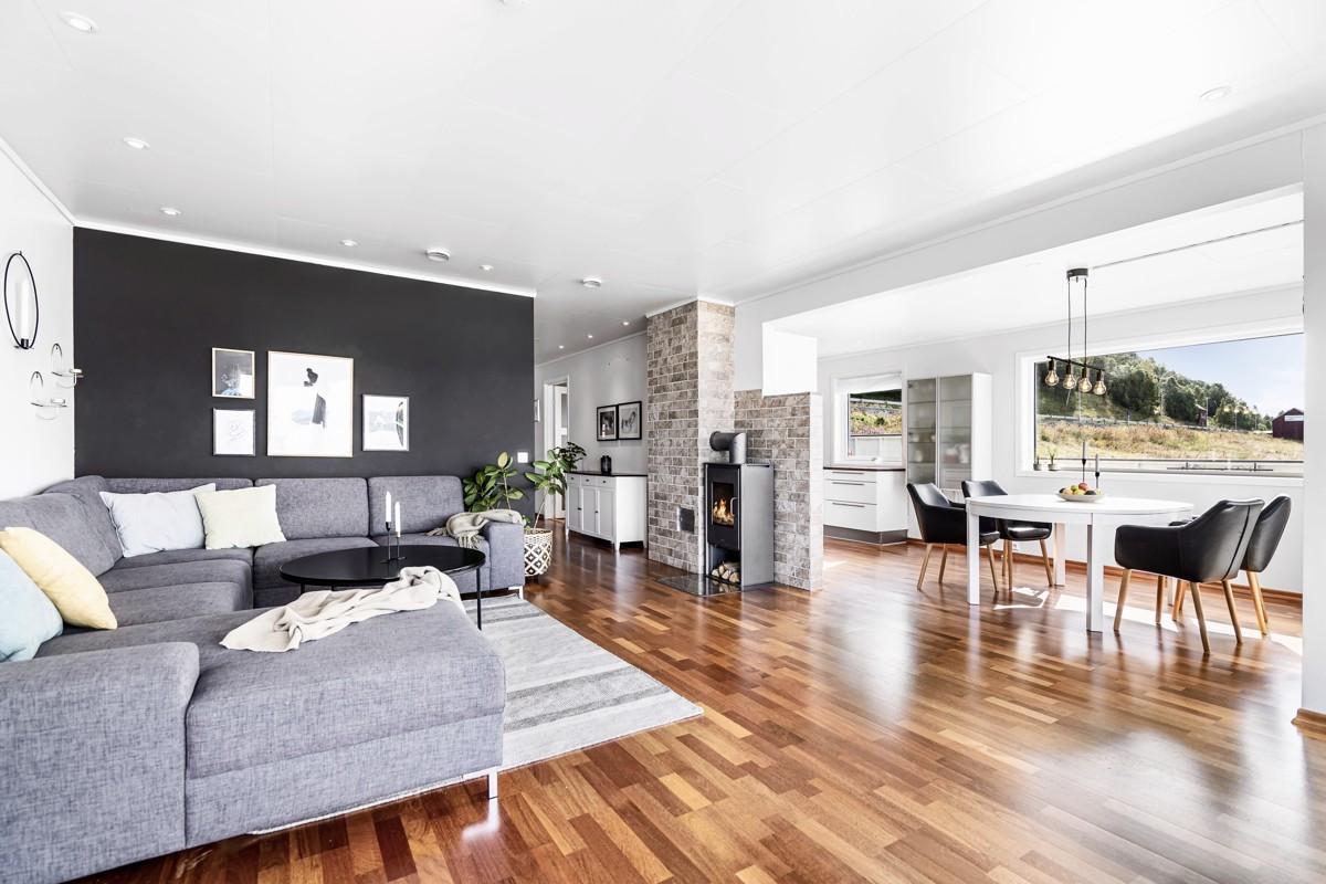 Åpen og lys stue- /kjøkkenløsning med god plass til sofakrok og spisebord