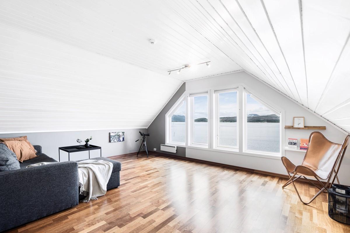 Loftstue med flott utsikt over innseilingen til Tromsø