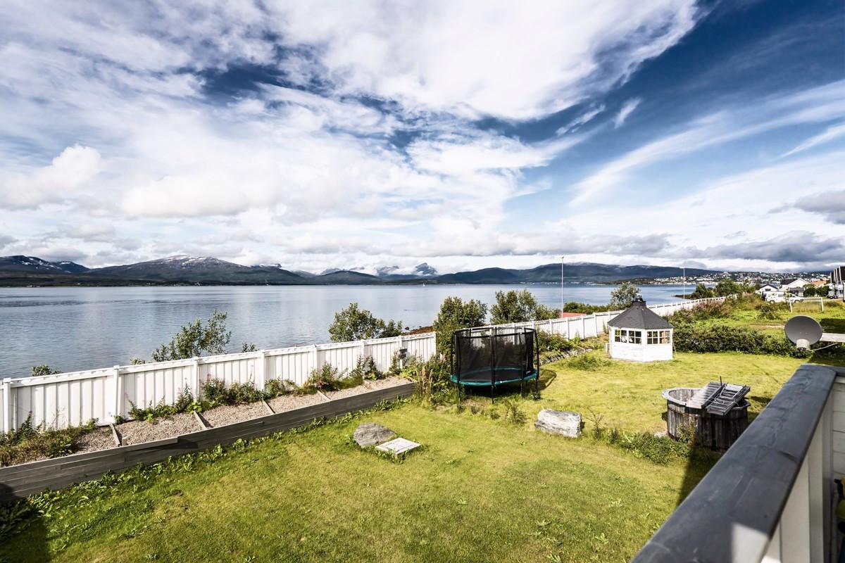Utsikt over innseilingen til Tromsø med Kvaløya og Malangen i bakgrunnen