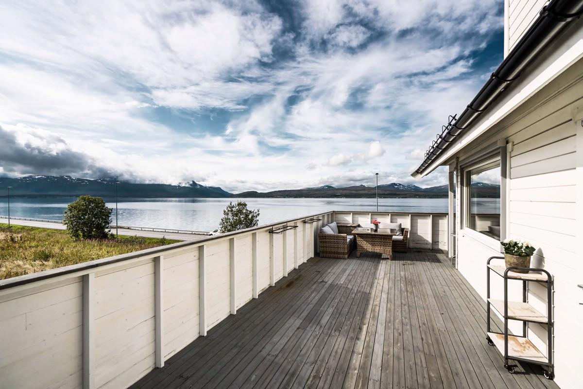 Vestvendt terrasse med flotte utsiktsforhold