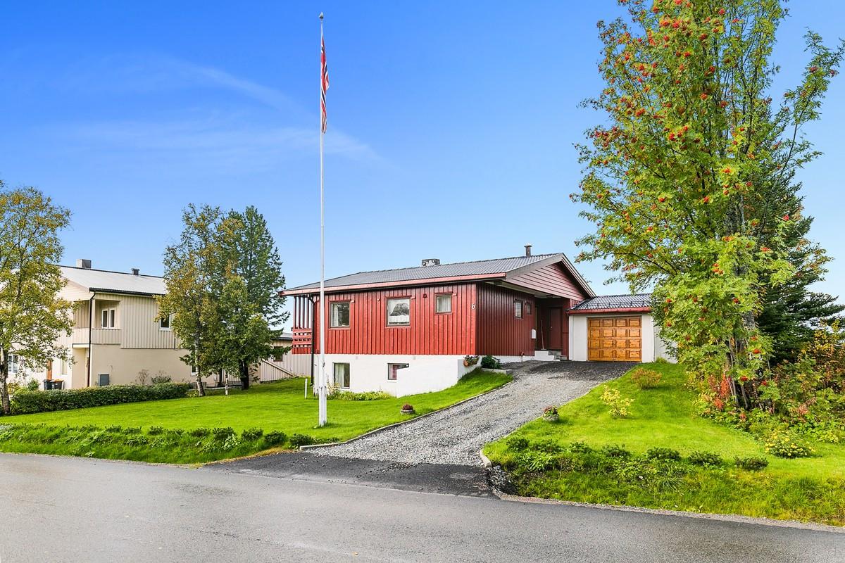 Stor enebolig med garasje på toppen av Tromsøya