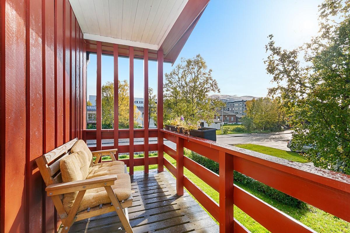 Utgang fra stue til sørvendt veranda hvor man kan nyte morgen- og ettermiddagssola