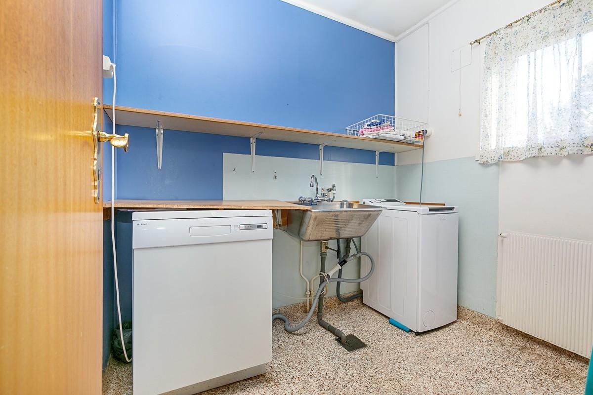 Vaskerom med skyllekar og opplegg til vaskemaskin