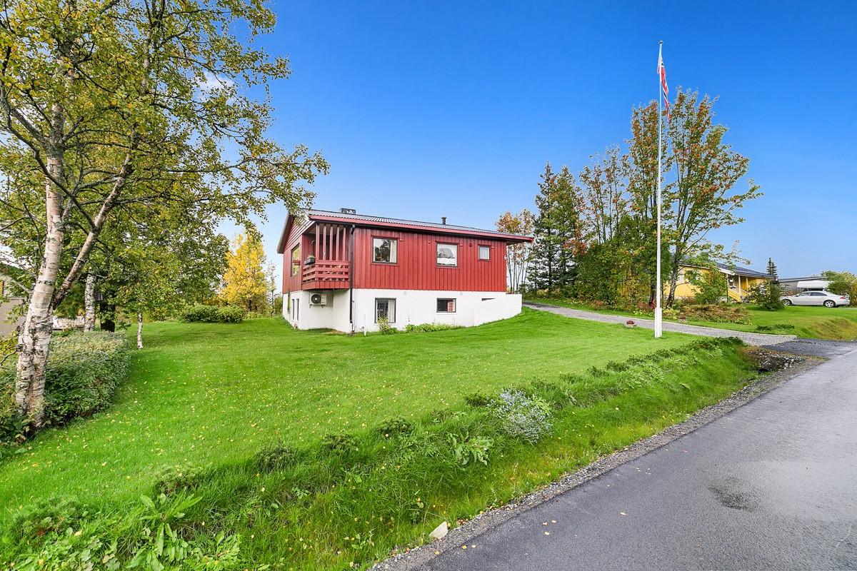 Boligen ligger i et attraktivt boligområde med kort avstand til bysentrum og fine friområder som Prestvannet og lysløypa