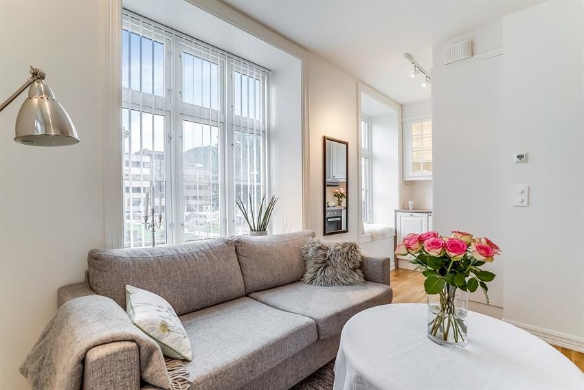 Stue med store vindu som gir rikelig med lysinnslipp