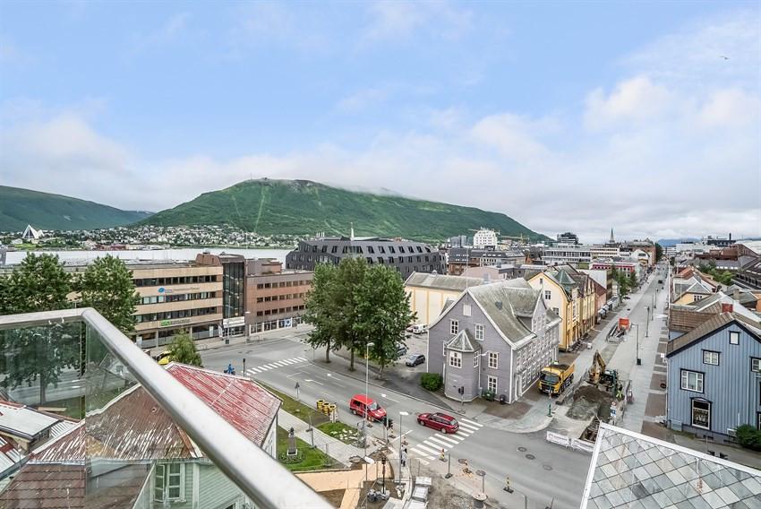 Nydelig utsikt over Tromsø sentrum fra felles takterrasse