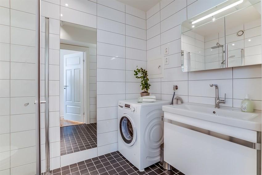 Badet har plass til både vaskemaskin og tørketrommel