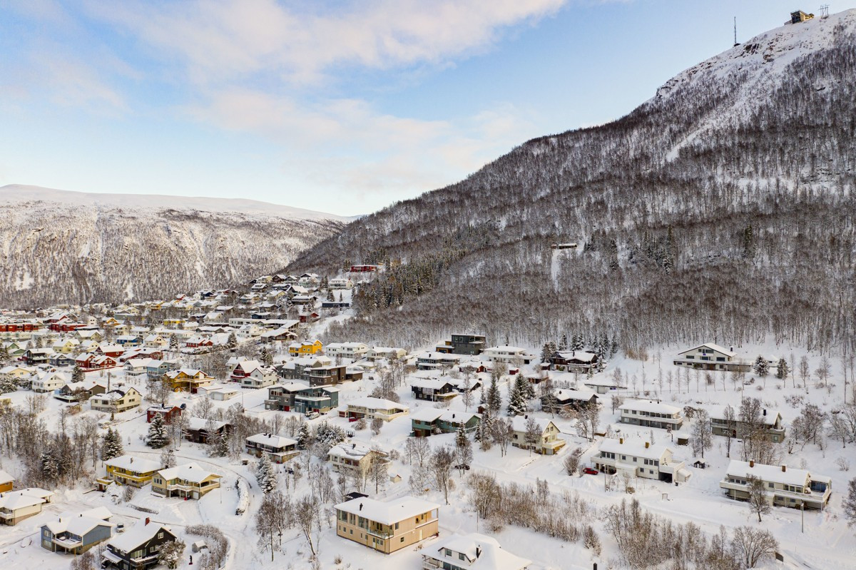 Området er bebygget med frittstående eneboliger i et etablert og attraktivt boligområde