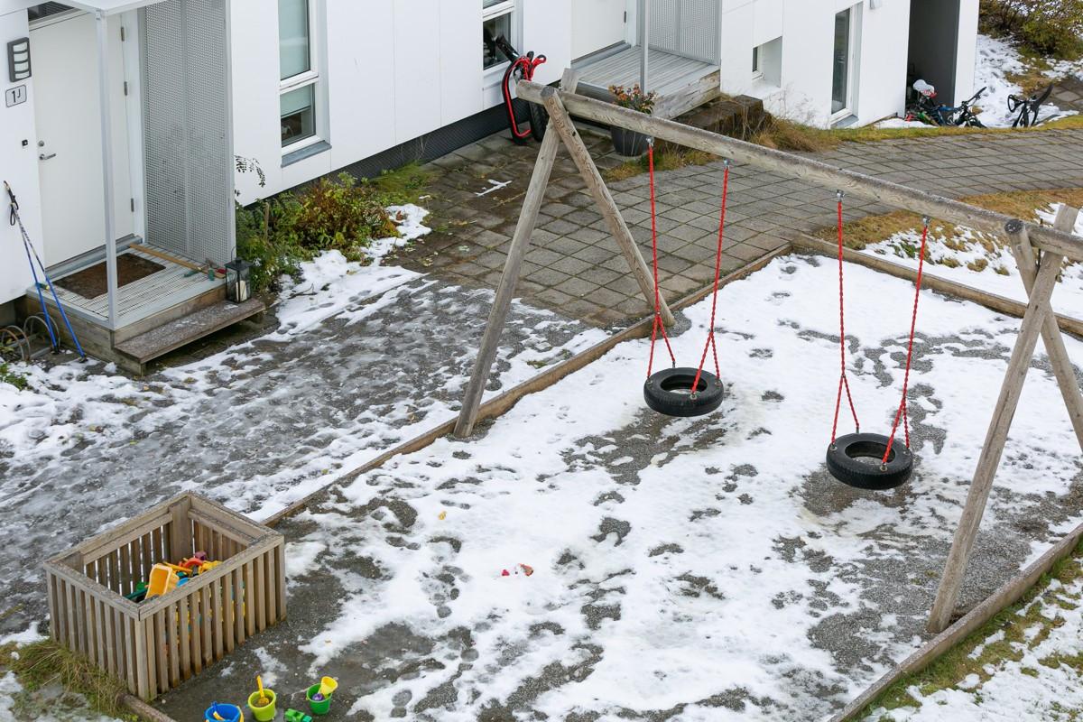 Området er tilrettelagt for barn/barnebarn med lekeplass like utenfor døra. Det er også kort vei til både lysløype, akebakke og populære Charlottenlund!