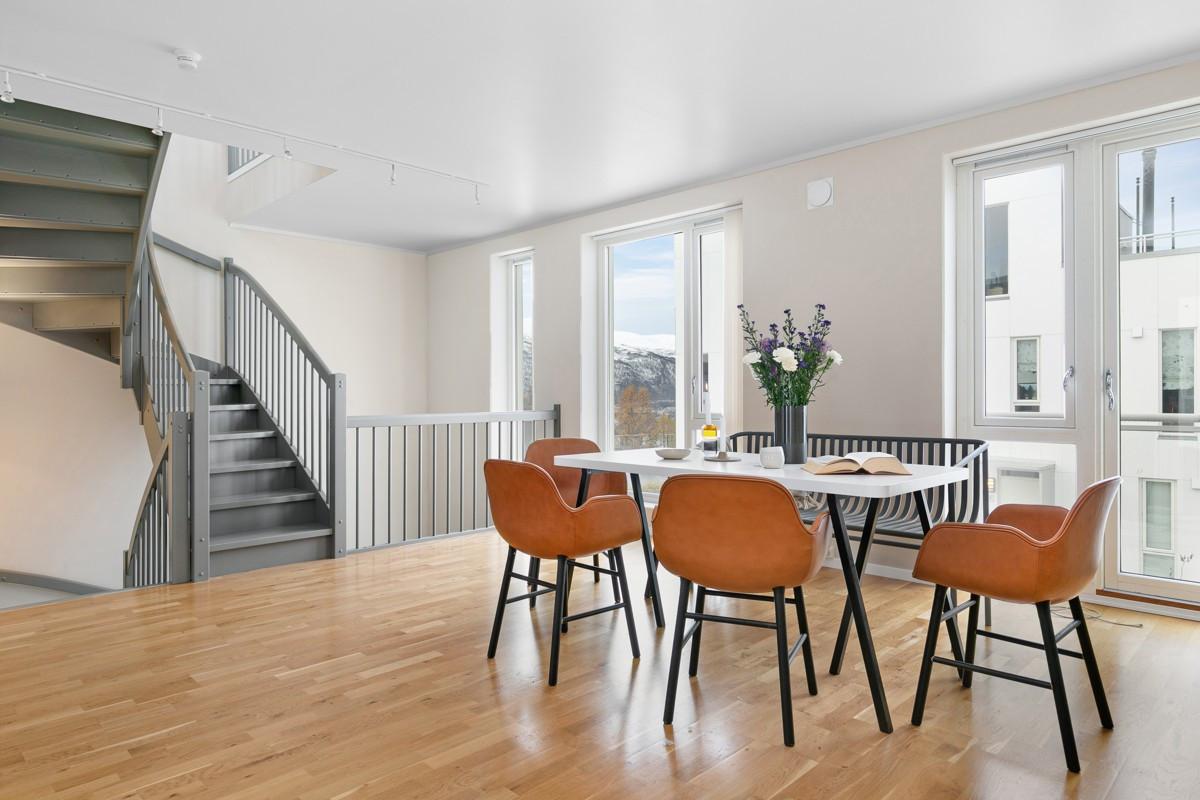 Innvendig er leiligheten stilfult malt med behagelige og spennende fargevalg - alle flater er nymalte