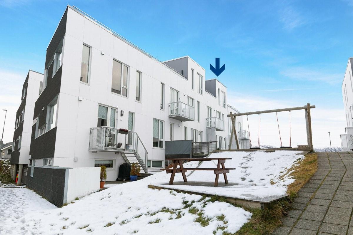 Velkommen en flott bolig i rekke på toppen av øya med 2 minutter gangavstand til lysløypa!
