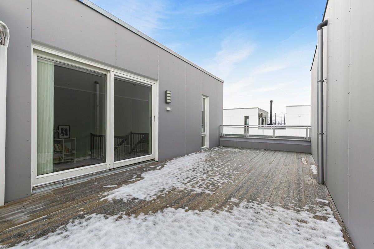 Fra loftstue er det utgang til en stor takterrasse - Her kan det møbleres i flere soner og solen kan nytes store deler av dagen