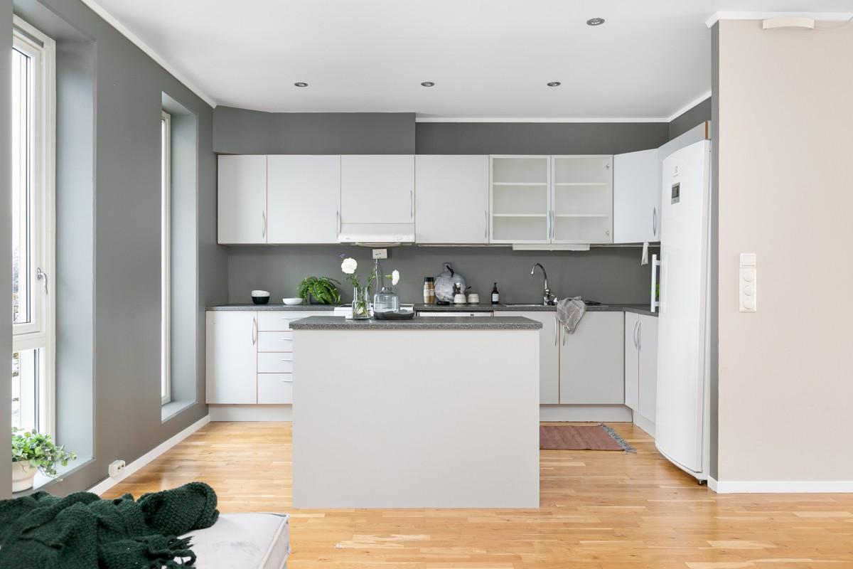 Kjøkken er holdt i tidløs utførelse med mye oppbevaringsplass og kjøkkenøy