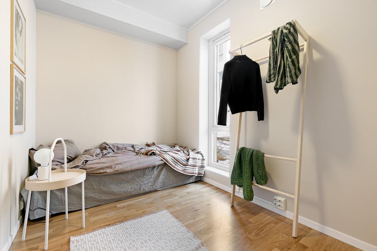 Soverom 2 er også holdt i lune farger - Avlangt vindu gir lysinnslipp og lite innsyn