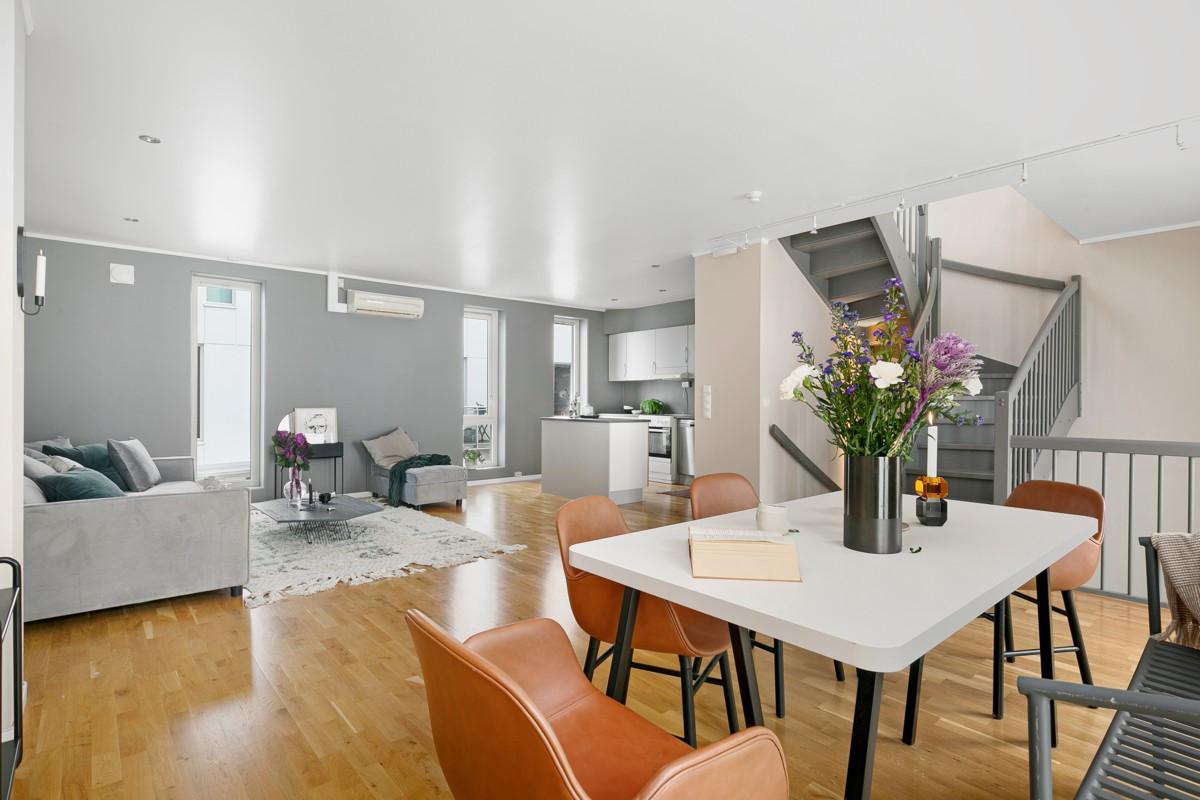 Stue og kjøkken i åpen løsning - dette gir flere muligheter for møblering av hovedstue