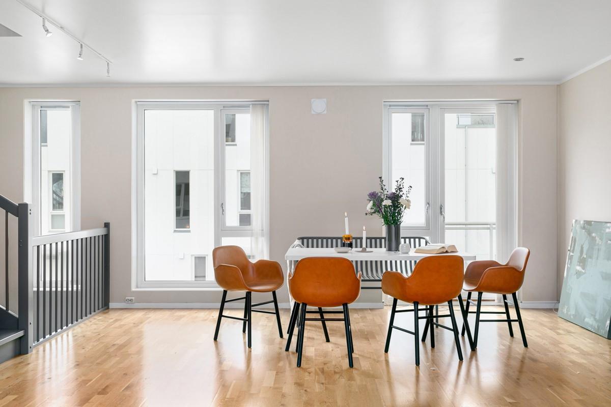 Romslig etasje som gjør det mulig med flere soner og plass til en generøs spisestue - utgang til balkong til høyre