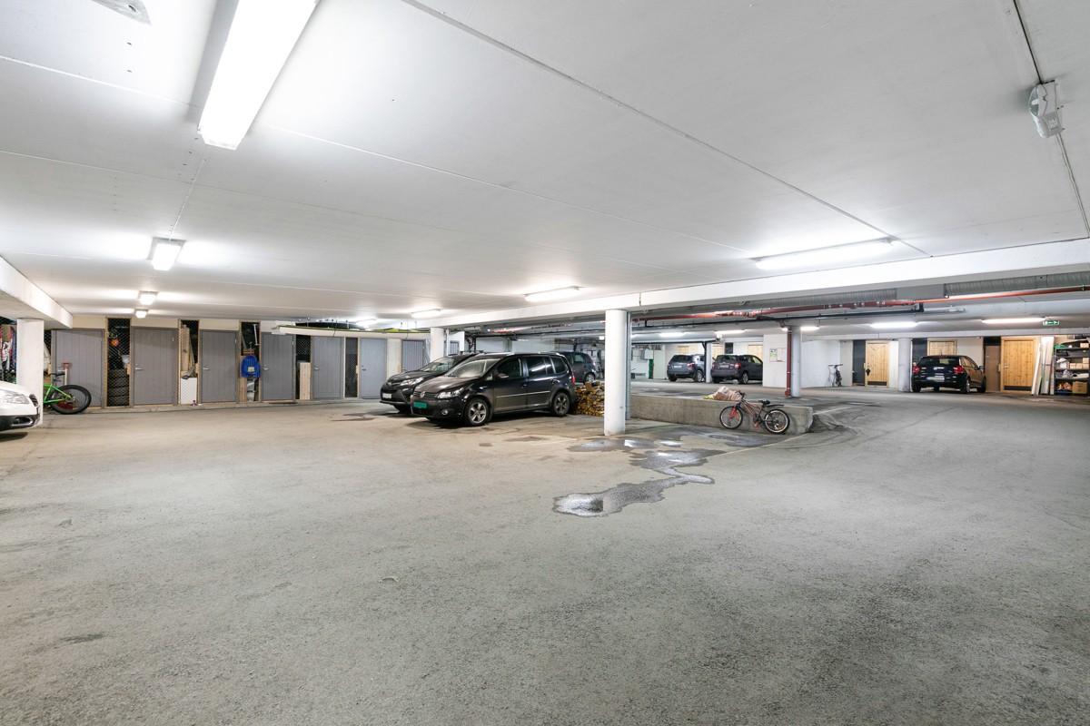 Det er parkering i garasjeanlegg på fast plass - automatisk portåpner og kort vei til døra