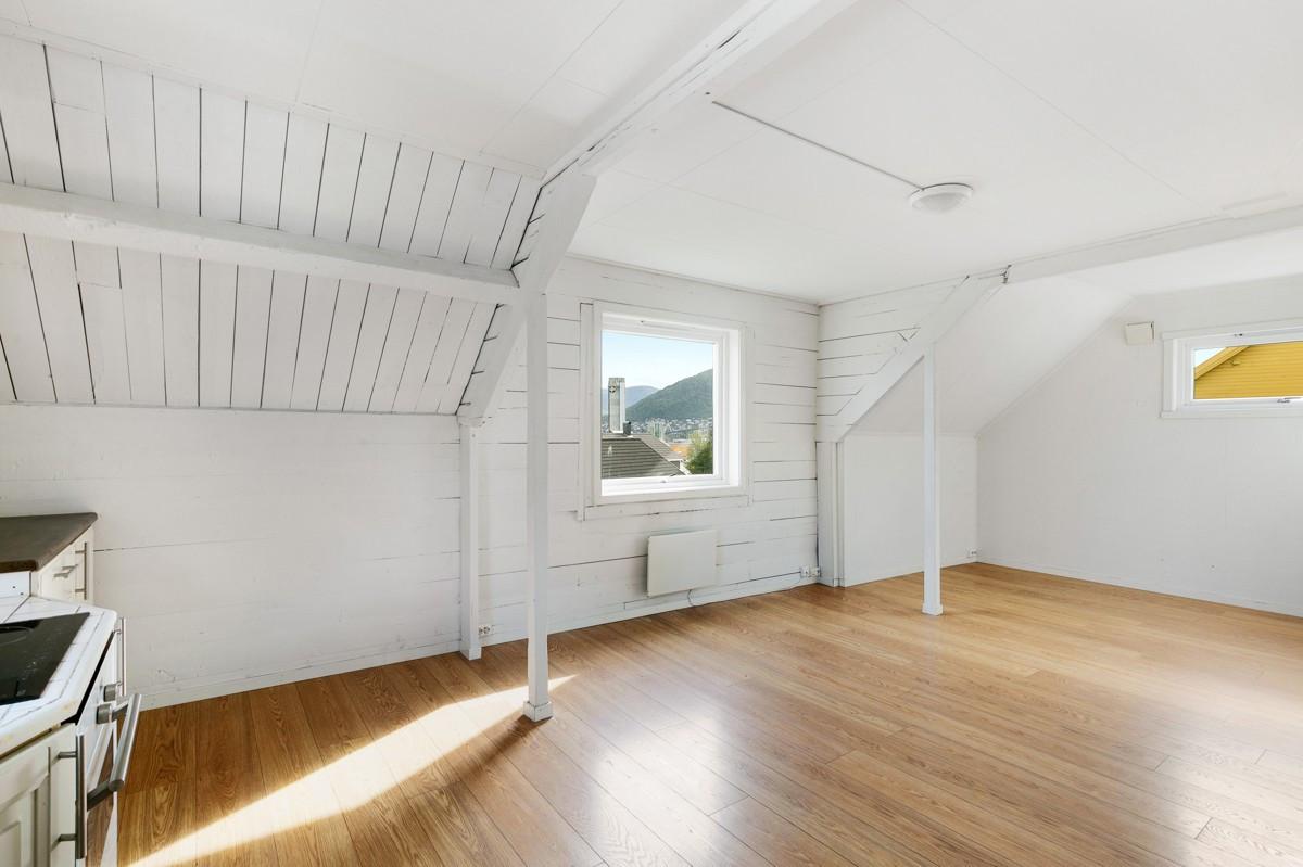 Romslig stue i 2. etasje med parkett på gulv