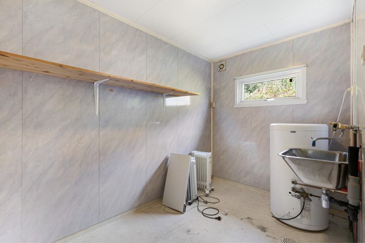 Vaskerom med god plass til tørk og hyller for oppbevaring