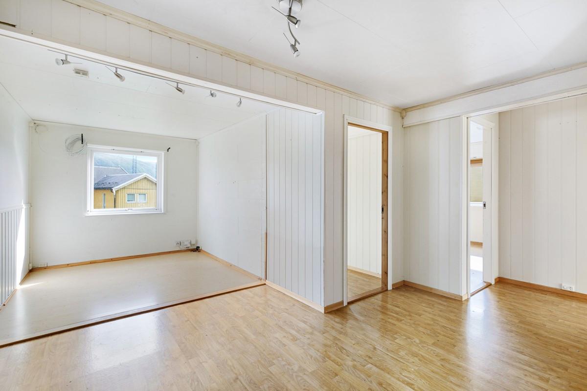 Stor stue med adskilte områder som byr på mange muligheter
