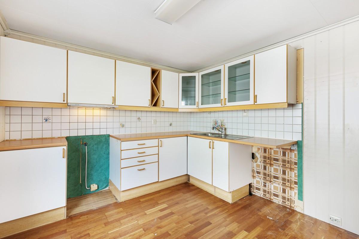 Romslig kjøkken og rikelig med oppbevaringsplass i skap og skuffer