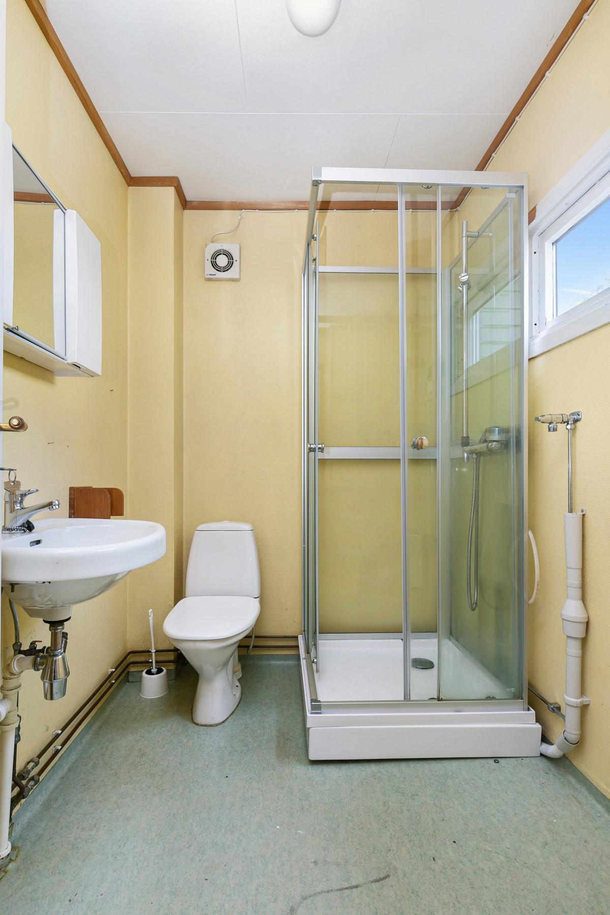 Bad med dusjkabinett og opplegg til vaskemaskin