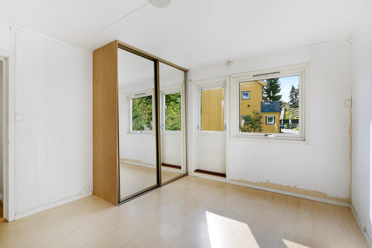 Hovedsoverom med stor skyvedørsgarderobe med speil, samt utgang til sørvendt veranda