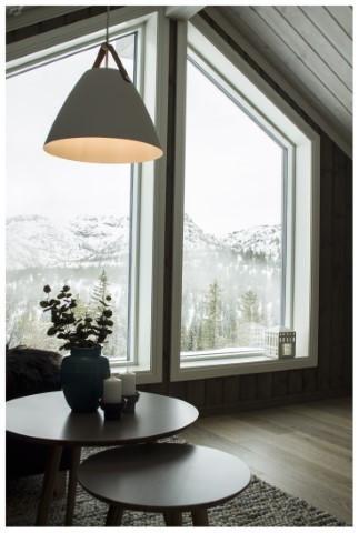 Utsikten gjennom store vinduer i loftstuen