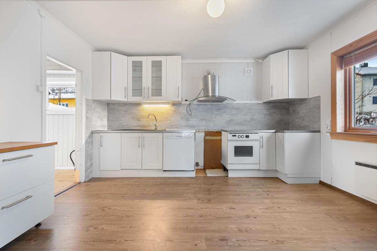 Kjøkken med tidløs innredning og opplegg til oppvaskmaskin