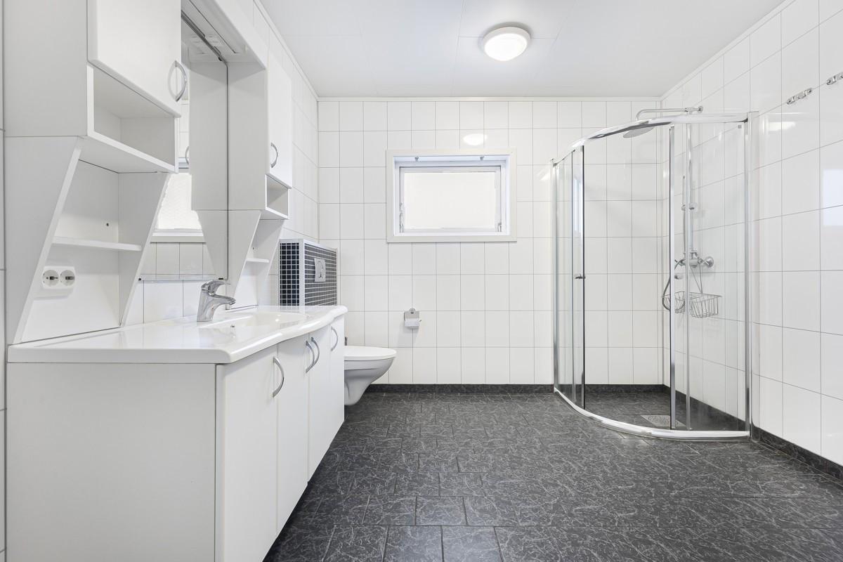 Romslig og flislagt bad med gulvvarme i 1. etasje