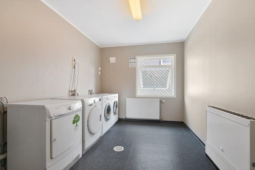 Felles vaskerom med vaskemaskin og tørketrommel