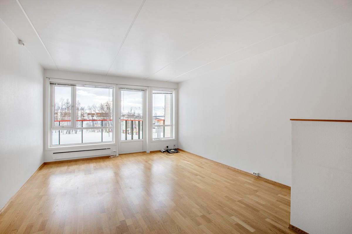 Store vindusflater i stue som sørger for godt lysinnslipp, samt utgang til balkong.